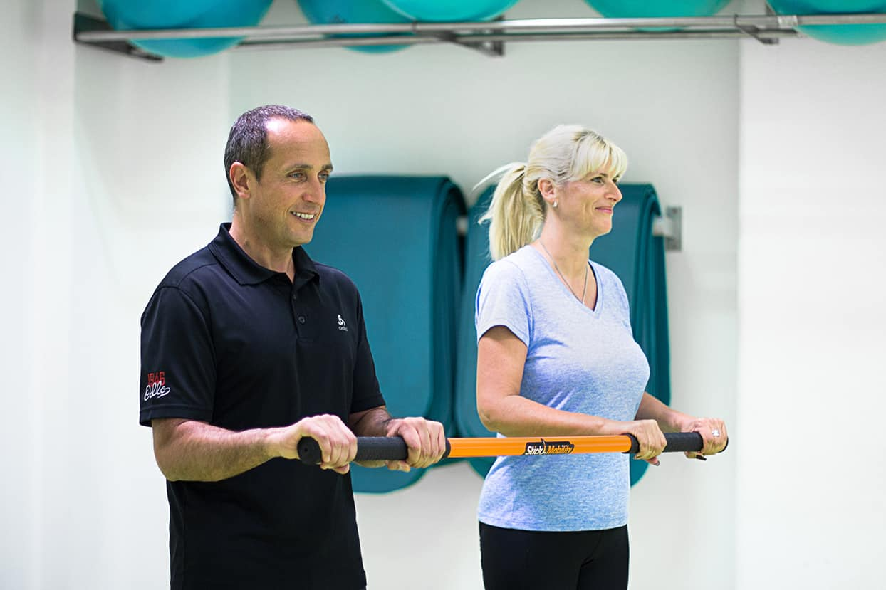 Personal Trainer bei Functional Training mit dem Stick Mobility