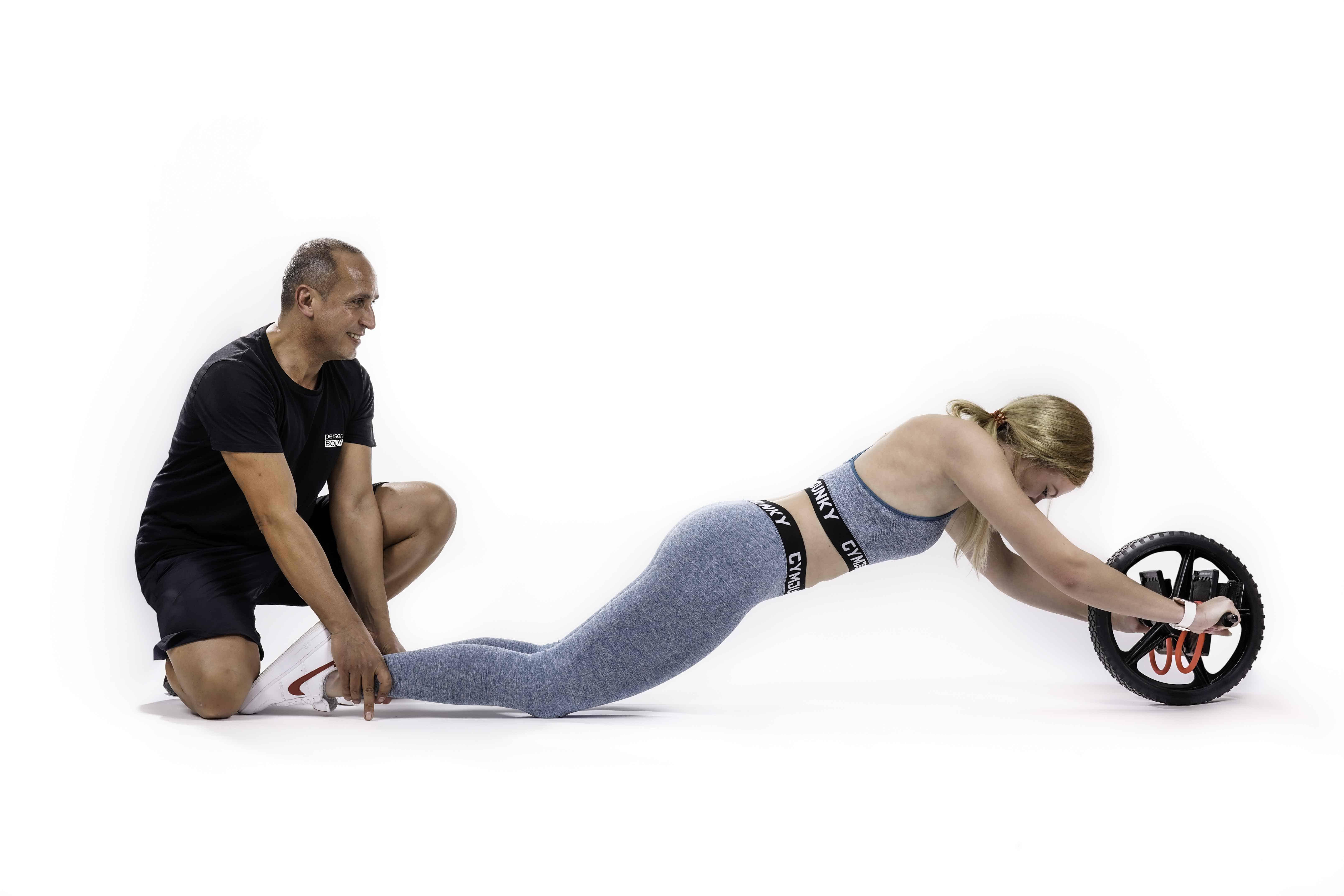 Personal Trainer mit Core Wheeler Training
